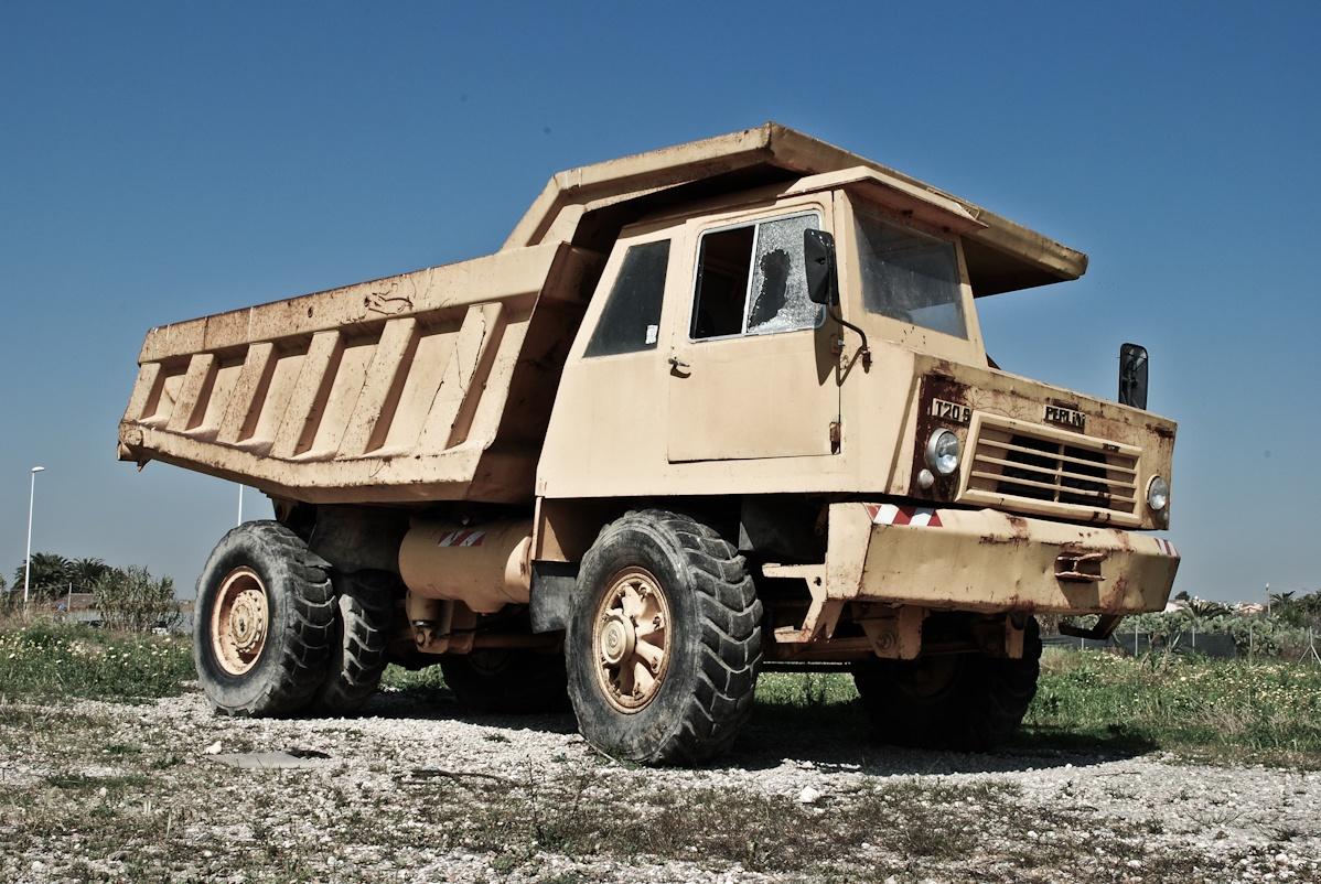 Heavy_dump_truck_in_Italy.jpg