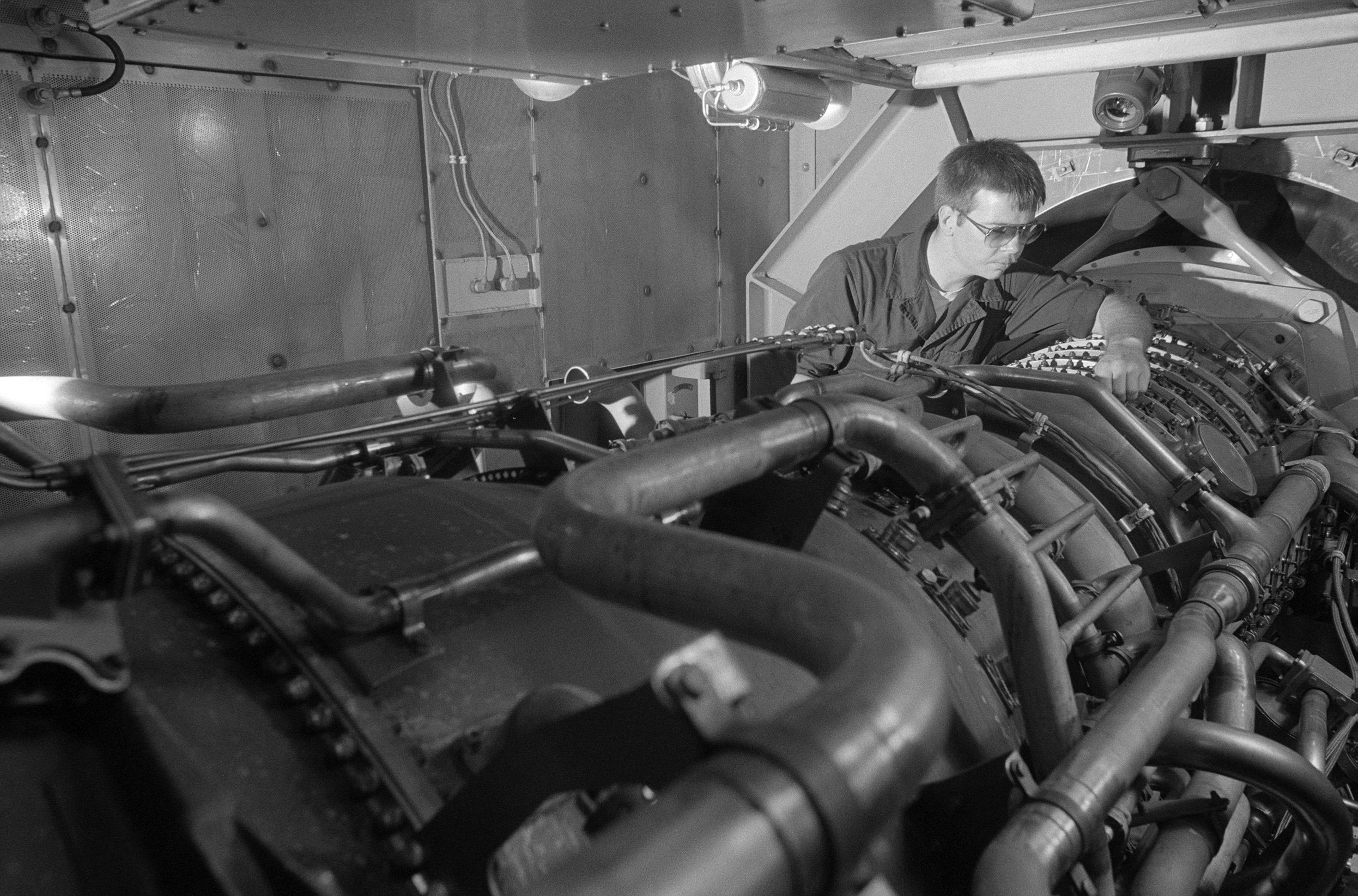USS_Ford_FFG-54_Gas_Turbine.jpg